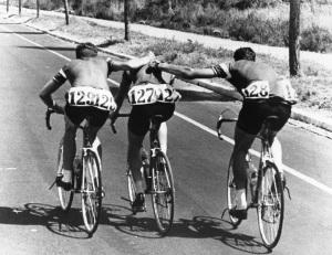 Knud Jensen ayudado por su equipo.