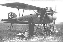 """El """"As"""" alemán Ernst Udet frente a su Albatros DIII."""