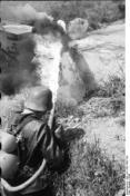 Nordfrankreich, Soldat mit Flammenwerfer