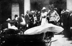 EL Archiduque Francisco Fernando y su esposa Sofía en el Ayuntamiento de Sarajevo.