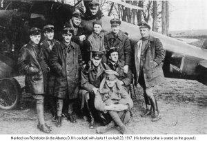 Richthofen en su avión con el escuadrón Jagsta II. Su hermano Lothar está sentado en el suelo.