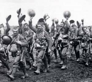 Soldados británicos camino al frente.
