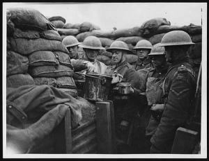 Soldados recibiendo su ración