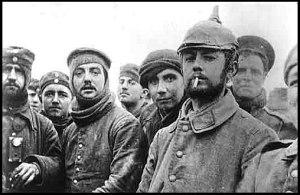 Soldados alemanes y británicos posando juntos en Navidad 1914.