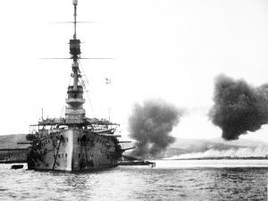 Buque inglés bombardeando baterías turcas.