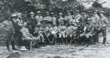 Observadores en la batalla de Shaho (Guerra Ruso-Japonesa. Hoffmann sentado, el primero por la izquierda.