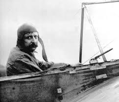 Louis Bleriot montado en su Modelo 11.