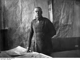 Max Hoffmann rodeado de planos en su despacho del Estado Mayor