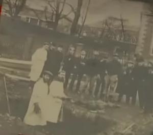 Civiles cavando su propia tumba.