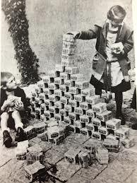 Niños jugando con billetes