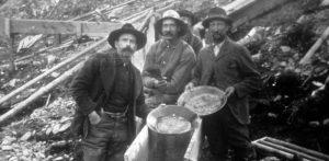 Mineros con sus ganancias.