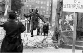 El guardia Conrad Schumann escapando.