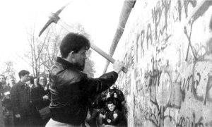 Pala y pico contra el Muro de Berlín.