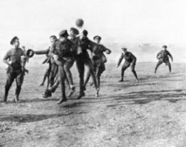 Soldados griegos jugando en la Navidad de 1915