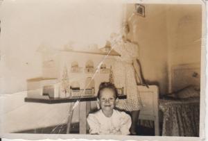 con mi casa de muñecas en 1953 (fopita)