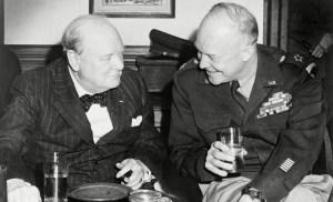 Churchill y Esienhower disfrutando de una copa.