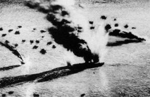 Diorama con los portaaviones japoneses Soryu y Akagi en llamas durante la Batalla de Midway.