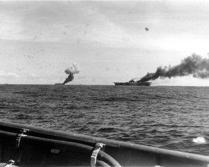 El Belleau Wood (Izq.) y el Franklin después de ser atacados por kamikazes