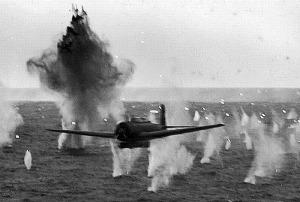 Ataque Kamikaze sobre el USS Yorktown.