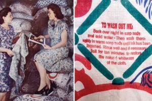 Dos mujeres comentan frente a sacos de harina, y las instrucciones para eliminar la etiqueta.